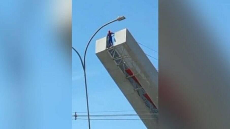 Homem-Aranha sobe em monumento para pedir emprego