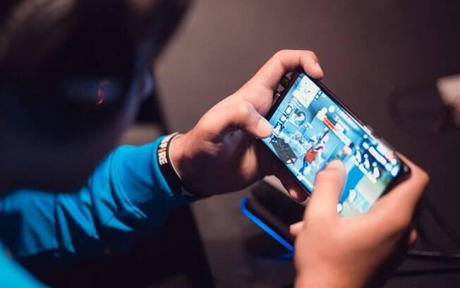 Pessoa jogando Free Fire no celular