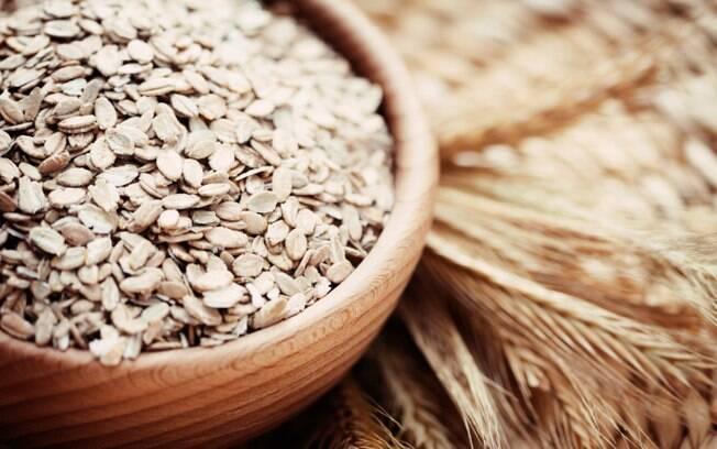 Aveia: fonte de fibras solúveis, ajuda a regular os níveis de colesterol e açúcar no sangue e reduz o risco de câncer de cólon