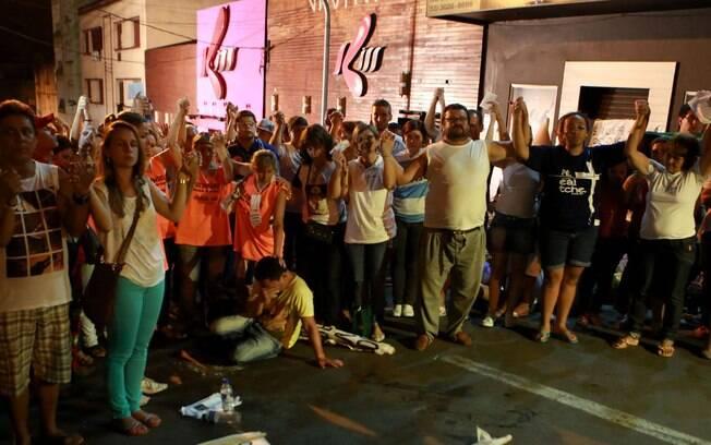 Centenas de pessoas participaram de uma vigília em frente à boate Kiss, em Santa Maria, após missa de sétimo dia na Catedral Medianeira