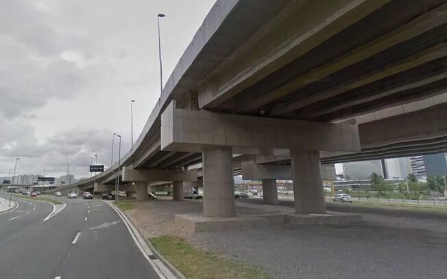 Viaduto na frente do Parque Olímpico é utilizado como moradia para pessoas sem casa