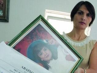Jocélia mostra foto da filha e um abaixo-assinado contra a impunidade