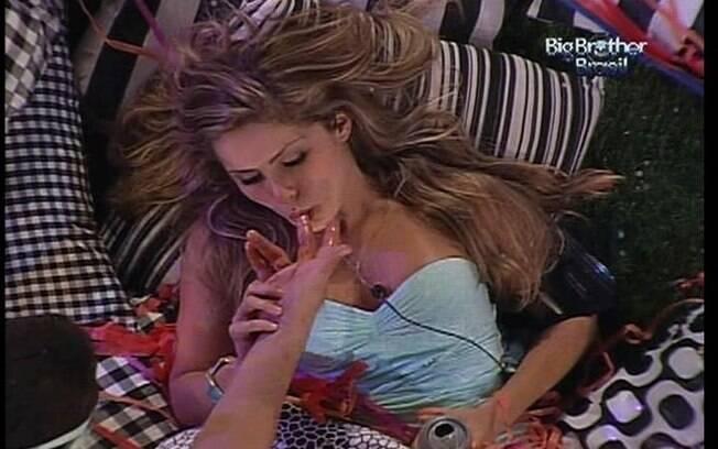 Renata lambe o doce de leite nos dedos de Rafa