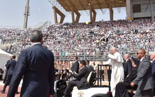 Mesmo sob risco de ataques terroristas, papa Francisco não abriu mão do contato direto com os fieis na viagem ao Egito