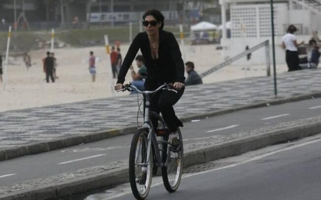 Paula Lavigne pedala no Leblon