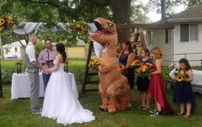 A madrinha de casamento foi para a cerimônia usando uma fantasia de tiranossauro rex e deu o que falar nas redes sociais