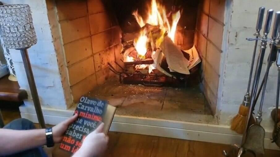 Nando Moura jogou livros do guru bolsonarista em lareira