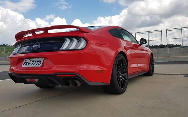 Linhas aerodinâmicas, quatro saídas de escapamento e toques de nostalgia fazem parte do estilo do novo Mustang