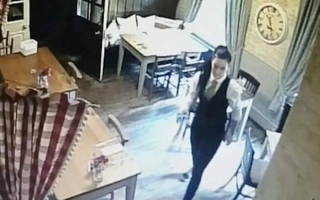 Menina ficou parada à porta enquanto garçonete trabalhava