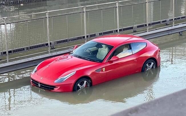 Ferrari FF ficou presa em alagamento e o conserto não será nada em conta para o dono do superesportivo com tração integral