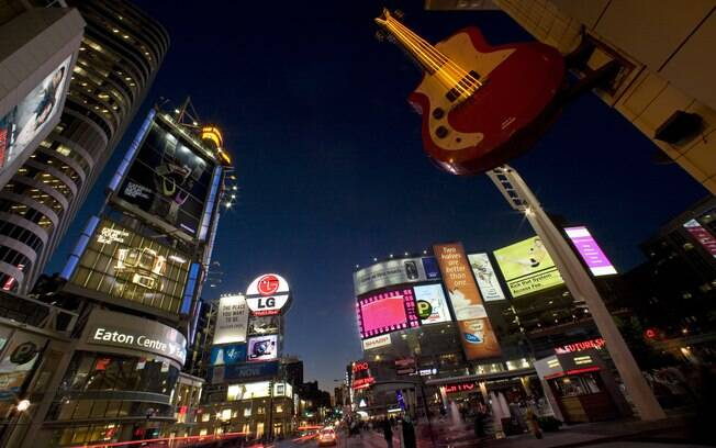 Dundas Square, uma espécie de pequena Times Square, fica na Yonge Street, a rua mais comprida do mundo
