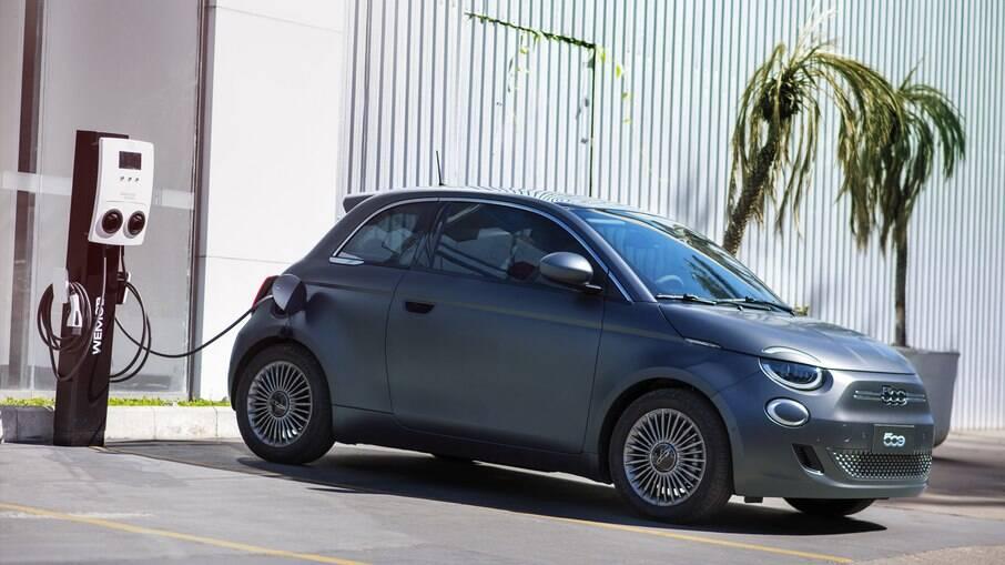 Fiat 500e é um dos modelos 100% elétricos que foram lançados no Brasil em 2021. Outras novidades estão previstas