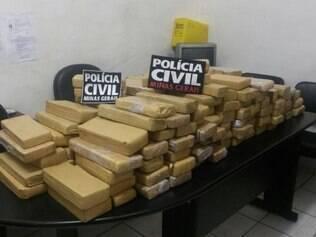 Foram apreendidas 160 barras de aproximadamente 1 kg cada na casa no bairro Santo André