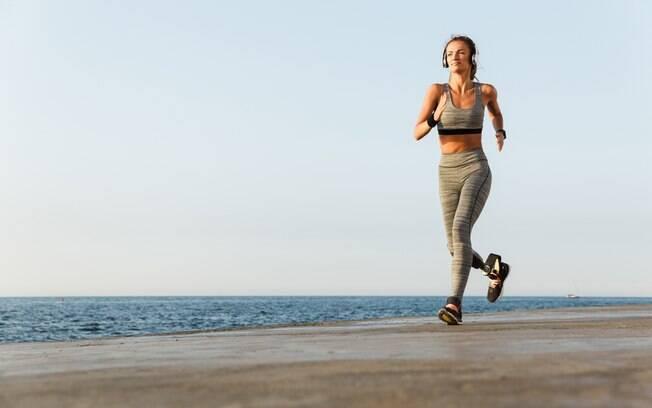 Usar prótese não é impedimento para quem quer começar a correr, mas, assim como pessoas que não têm deficiência física, é preciso maior atenção aos acessórios que são necessários para a prática, como prótese adequada, tênis e roupas