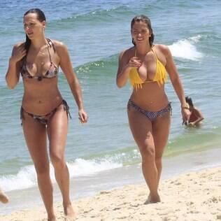 Ex-BBBs Fani Pacheco e Analy curtem tarde na praia