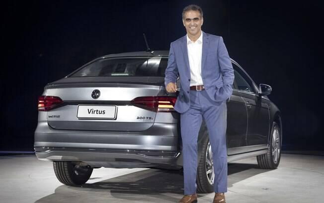 Pablo Di Si, Presidente da Volkswagen Brasil, na frente do Virtus. Lançado em janeiro deste anos, é um sedã baseado no Polo, o quarto carro mais vendido do Brasil