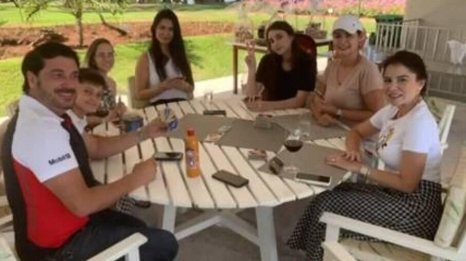 Primeira-dama Michelle Bolsonaro jogando cartas com os convidados