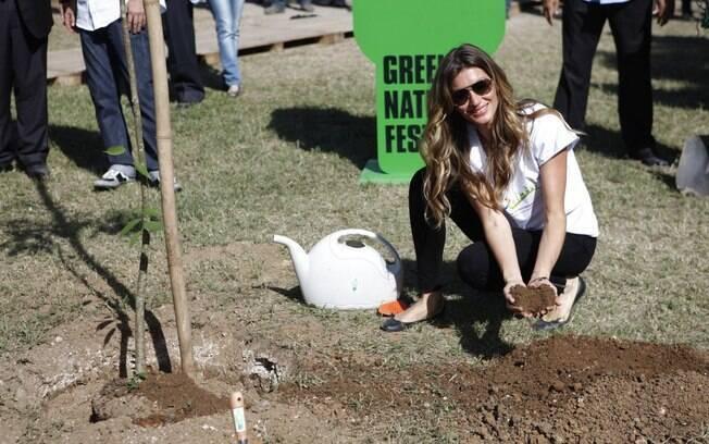 Gisele Bündchen plantando uma sapucaia no Green Nation Fest, no Rio