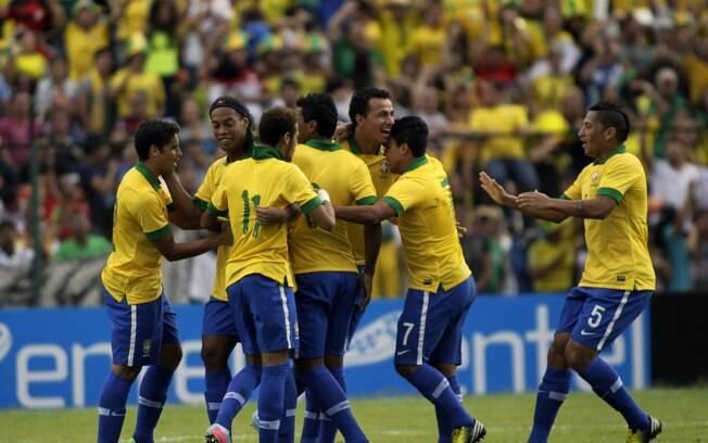 Jogadores do Brasil comemoram o primeiro gol  do amistoso contra a Bolívia