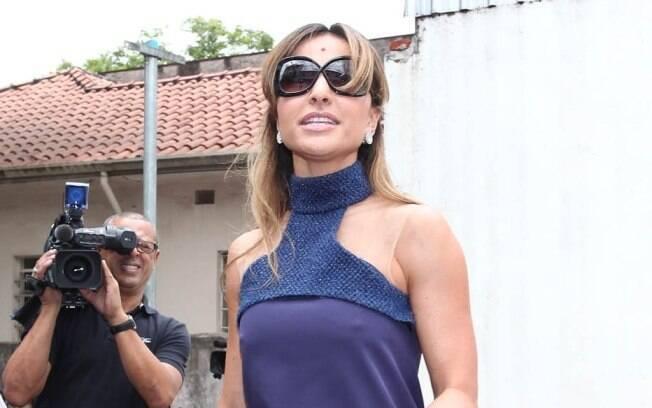 Sabrina Sato chegou com um vestido azul marinho bem justinho a apresentação de Pedro Lourenço no SPFW