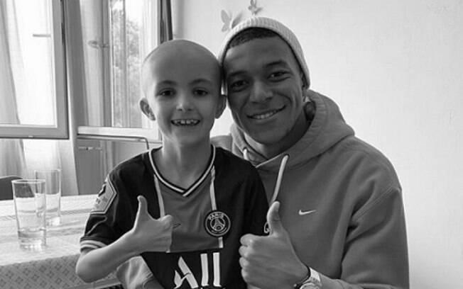 Mbappé presta homenagem a torcedor mirim que morreu de câncer