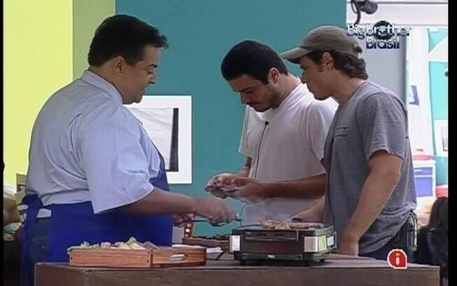 Rafa e João Maurício saboreiam um churrasquinhho durante a compra da comida