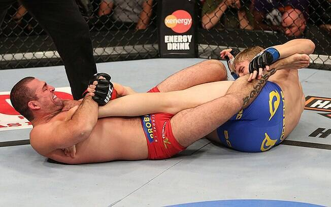 A luta foi bem disputada e Shogun surpreendeu  Gustafsson com uma chave no primeiro round, mas o  rival de livrou do golpe
