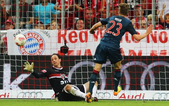 Mitchell Weiser chuta para fazer o segundo  gol do Bayern de Munique em cima do São Paulo na  Copa Audi