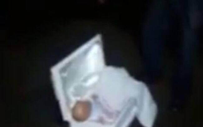 A exumação do recém-nascido foi feita pelo 'pai' e seus amigos, que suspeitaram de toda a situação criada pela esposa