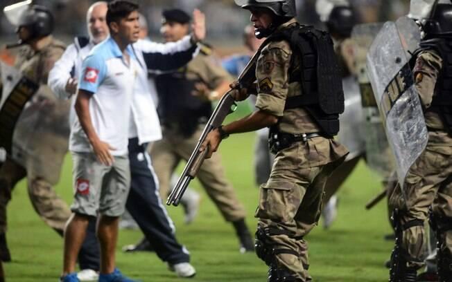 PM entrou armada no gramado do Independência  e entrou em confronto com jogadores do Arsenal