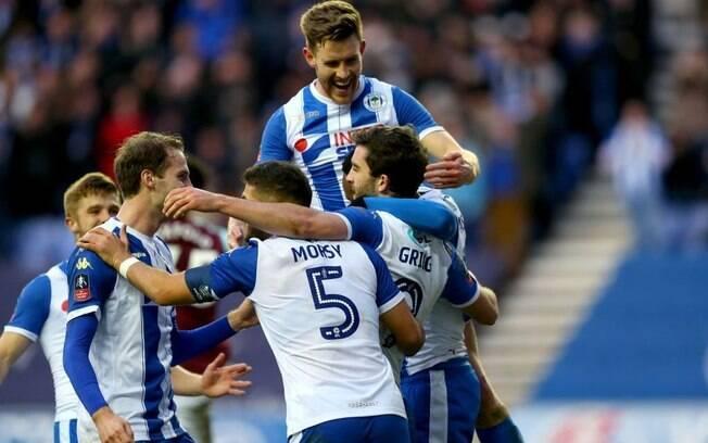 Wigan comemora gol de Will Grigg que eliminou o Manchester City