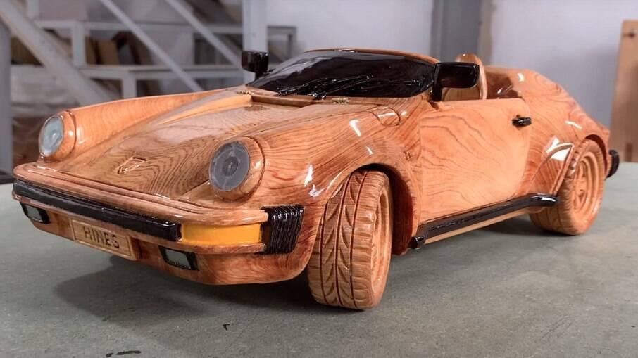 Miniatura do 911 é feita a partir de um bloco de madeira cipreste de Fujian vem até com as ranhuras dos pneus