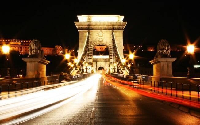 A ponte Chain iluminada é um dos cartões-postais da cidade