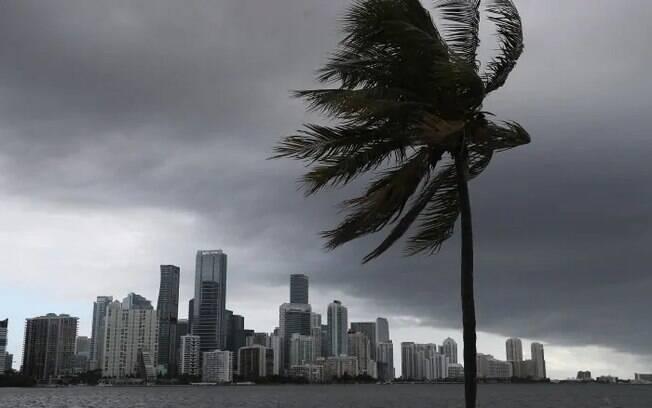 Nuvens de tempestade são vistas em Miami, enquando o furacão Isaias se aproxima da Flórida no sábado