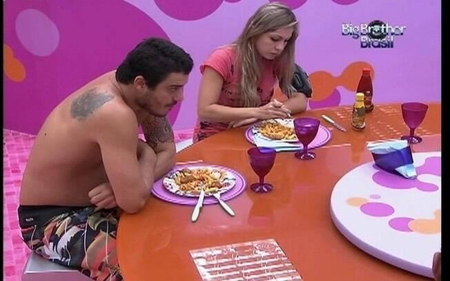 Renata e Rafa são os últimos brothers a almoçar