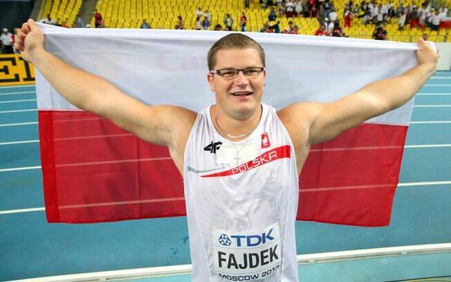 Pawel Fajdek exibe a bandeira da Polônia ao  festejar o títilo mundial do lançamento de martelo  no Mundial de Moscou