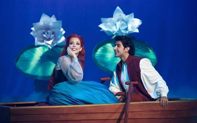 Fabi Bang e Rodrigo Negrini vivem Ariel e Eric no musical que ganhou diversos elementos nacionais  nas falas e cenário