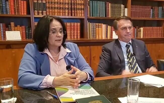 Ministra Damares Alves ao lado do presidente Jair Bolsonaro