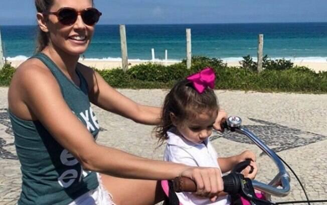 Deborah Secco e Maria Flor durante passeio de bicileta