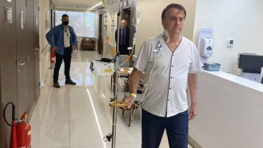 Perfil de Bolsonaro posta presidente andando em hospital