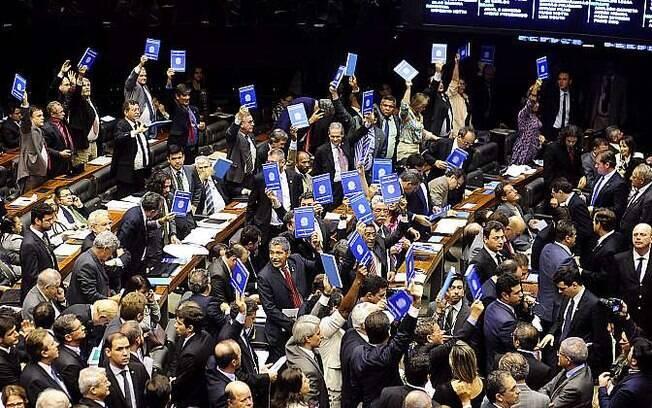 Deputados protestam com réplica de carteira de trabalho durante sessão na Câmara sobre terceirização (22/04/2015)