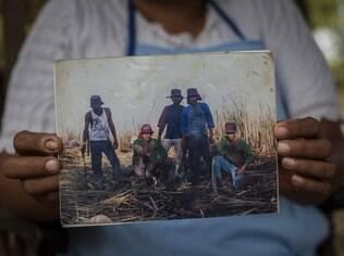 Agricultora mostra foto de seu marido e de colegas afetados pela doença na Nicarágua