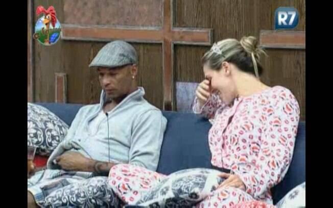 Joanna pergunta para Dinei se lambeu o peão Thiago