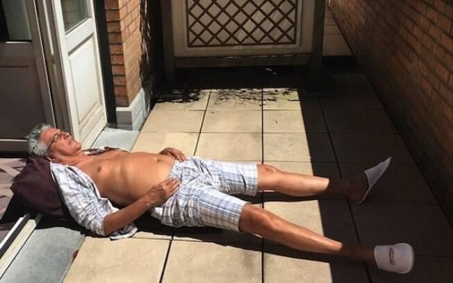 Caetano Veloso toma sol em hotel na Bélgica