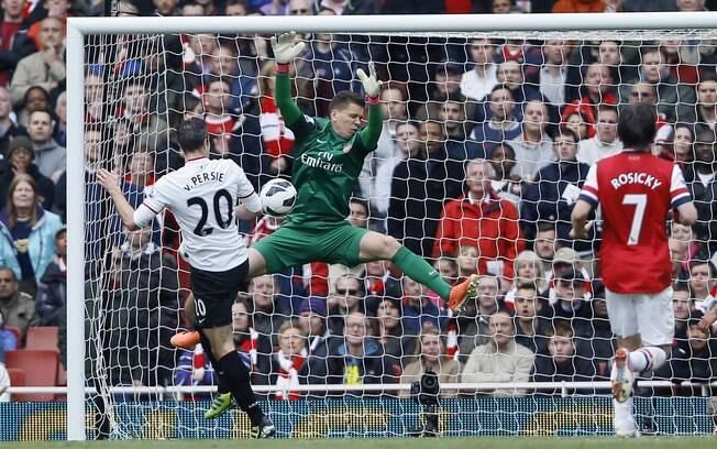 Szczesny faz a defesa em tentativa de gol de  van Persie