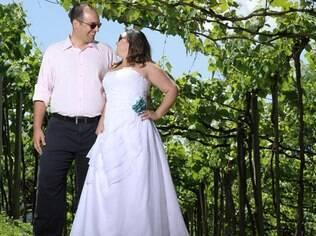 Denise e o noivo em um vinhedo: