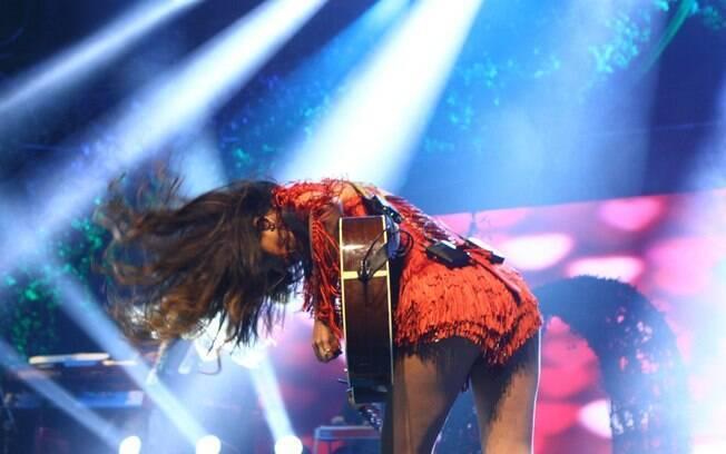 Paula Fernandes com visual ousado em show
