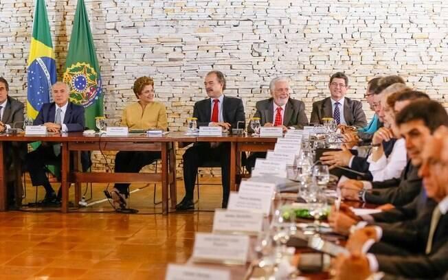 Dilma com seus 39 ministros na abertura da reunião que define as diretrizes do segundo mandato