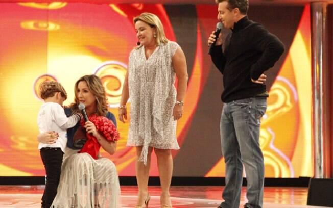 Claudia Leitte é surpreendida por Davi e D. Ilna