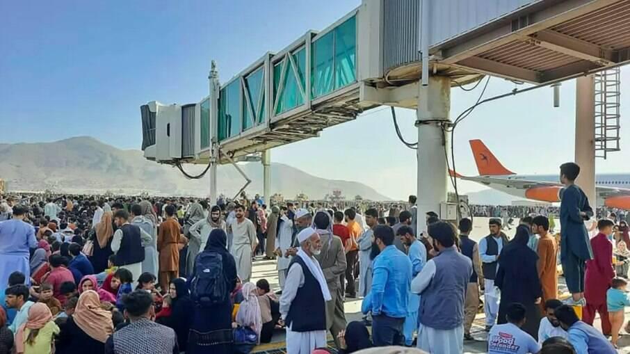 Afeganistão: Talibã autoriza a retirada de 200 cidadãos estrangeiros